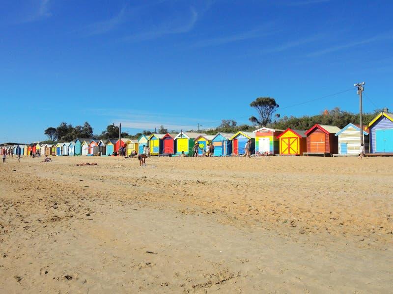 在布赖顿的偶象木海滩小屋在与蓝天的夏天美好的天靠岸,墨尔本 免版税库存图片