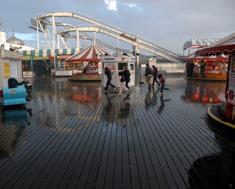 在布赖顿码头的雨 免版税库存图片