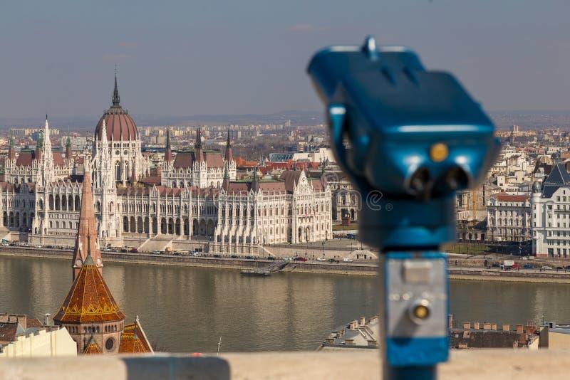 在布达佩斯蓝色望远镜的投入硬币后自动操作的公开双筒望远镜在观察台 库存图片