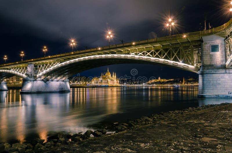 在布达佩斯议会大厦的看法通过玛格丽特桥梁的曲拱,布达佩斯,匈牙利 免版税库存照片