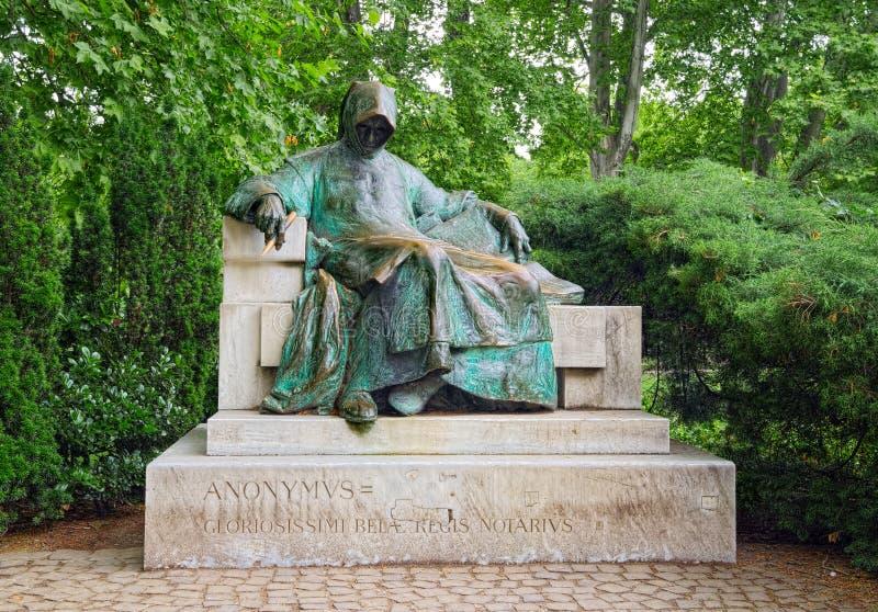 在布达佩斯,匈牙利Vajdahunyad城堡的Anonymus雕象  库存照片