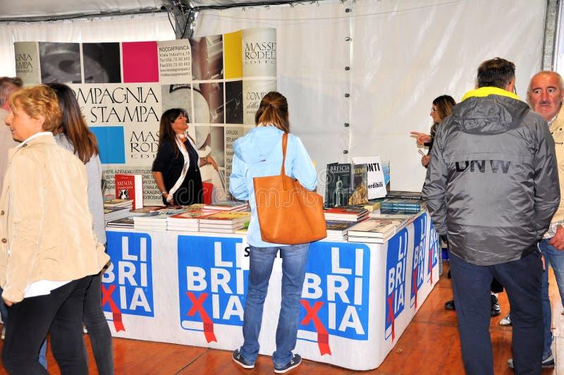 在布雷西亚`不能翻译Librixia的`的书市 大书店和小显示他们的最好的书 库存图片