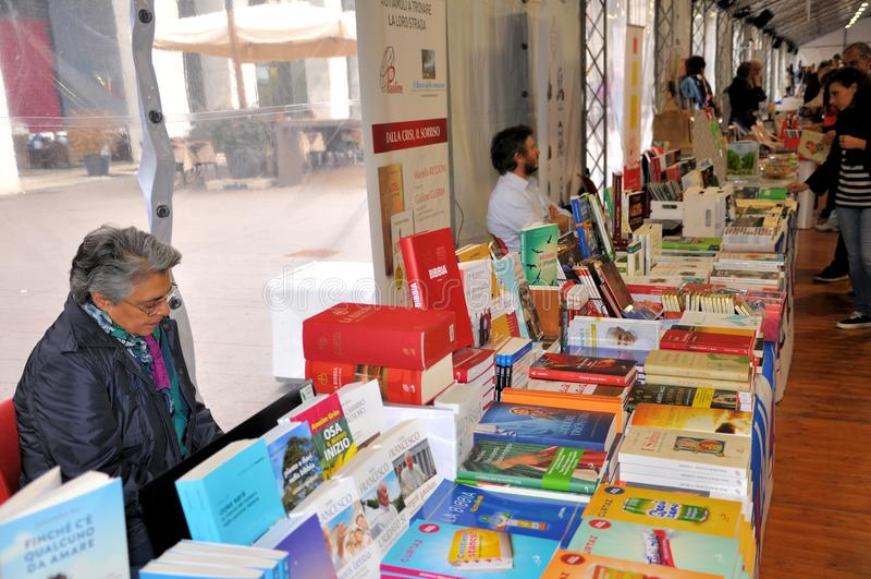 在布雷西亚`不能翻译Librixia的`的书市 大书店和小显示他们的最好的书 免版税库存照片