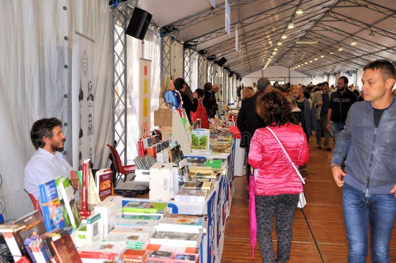 在布雷西亚`不能翻译Librixia的`的书市 大书店和小显示他们的最好的书 库存照片