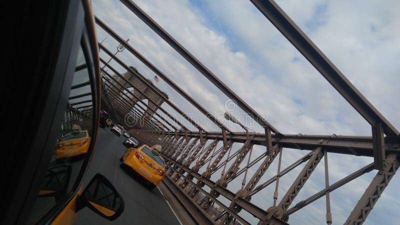 在布鲁克林大桥的出租汽车 图库摄影