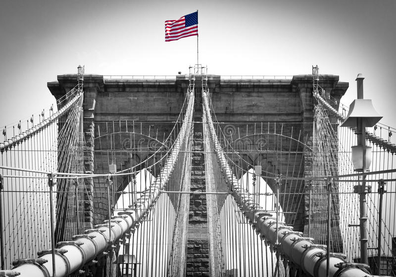 在布鲁克林大桥的美国国旗在纽约 图库摄影