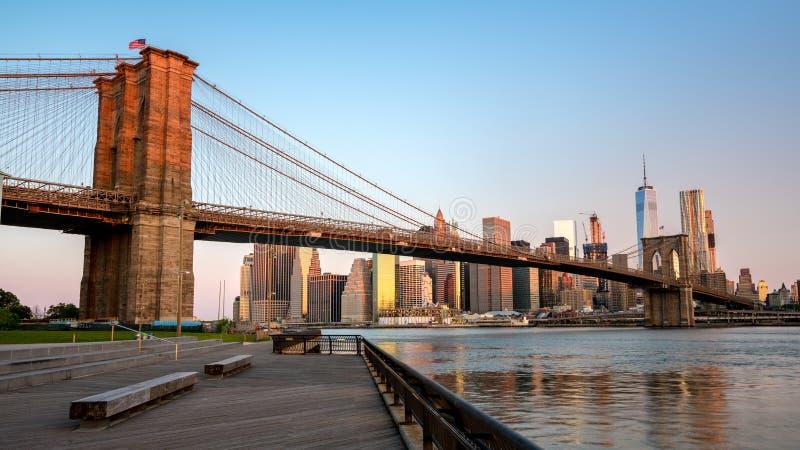 在布鲁克林大桥纽约的Alpenglow红色 库存图片