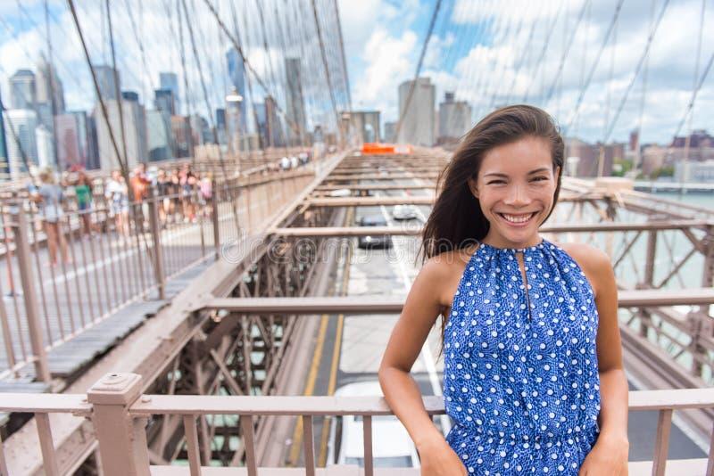 在布鲁克林大桥,纽约的美丽的年轻亚洲妇女画象 库存图片