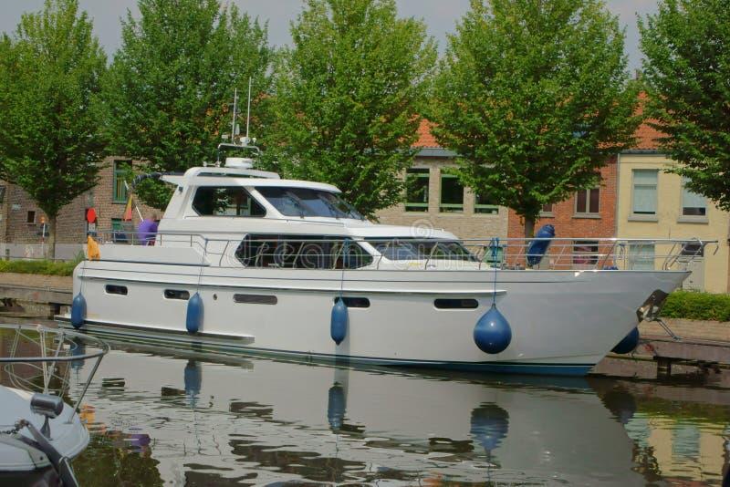 Download 在布鲁基运河的游艇 库存图片. 图片 包括有 夏天, 本质, 复制, 运输, 小船, 古代人, 海洋, 旅游业 - 59109645