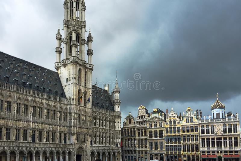 在布鲁塞尔大广场广场,布鲁塞尔,比利时,风暴时间的大厦 图库摄影