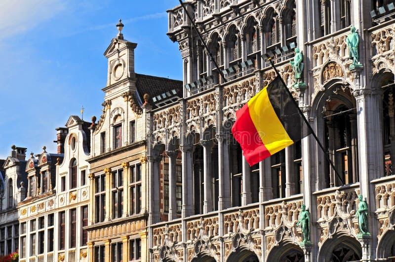 在布鲁塞尔大广场Broodhuis的比利时旗子在布鲁塞尔,比利时 免版税库存图片