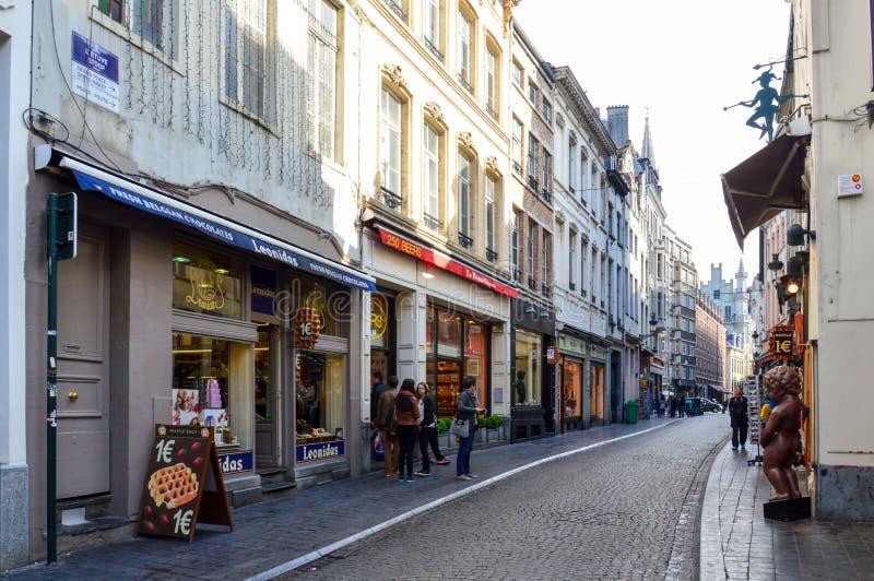 在布鲁塞尔市,比利时街道上的被保存的老欧洲风格的住宅和商业大厦  免版税库存图片