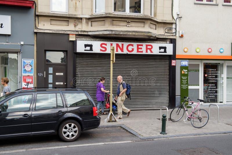 在布鲁塞尔街道上的歌手缝合的商店  库存照片
