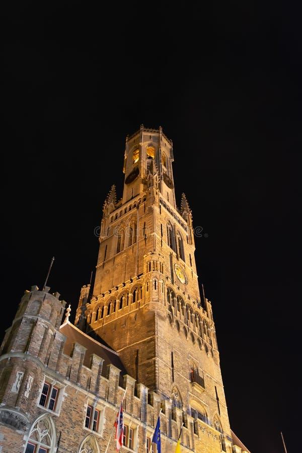 在布鲁日有启发性钟楼,中世纪钟楼的夜视图 免版税库存照片