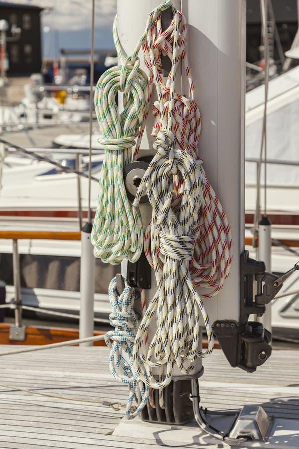在帆柱的固艇索具 免版税库存图片