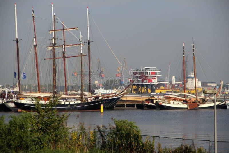 在帆船和船的看法在关闭在港口在阿姆斯特丹荷兰 库存照片