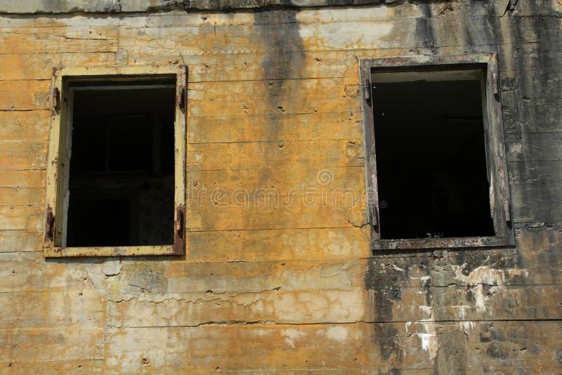 在希特勒地堡的Windows在马尔吉瓦勒,埃纳省,在法国的北部的Picardie 库存照片