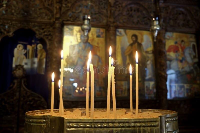 在希腊东正教的圣障的前面蜡烛在拿撒勒 免版税库存图片