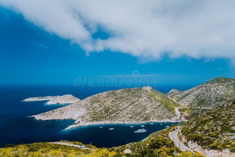 在希腊人扎金索斯州海岛上的波尔图Vromi 贫瘠峭壁围拢的蓝色海海湾 希腊 免版税库存图片
