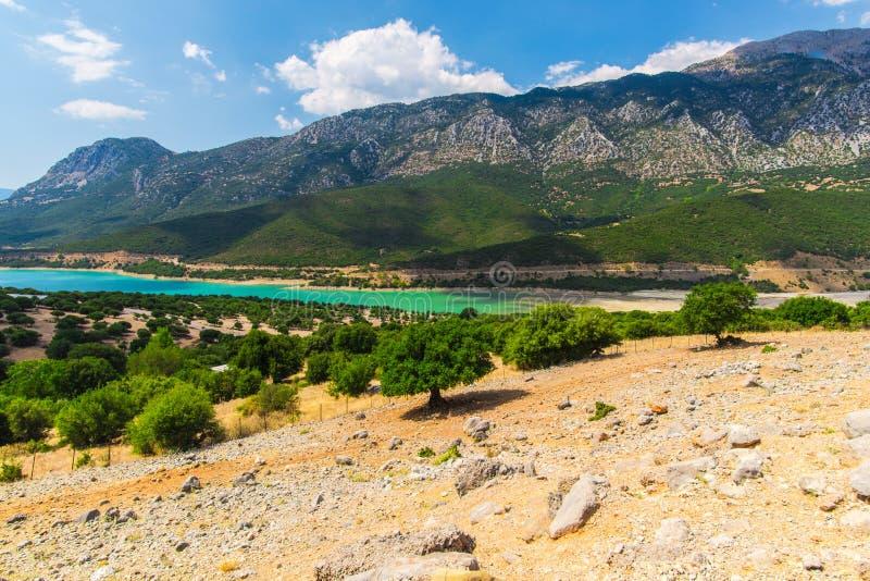 在希腊山的看法与绿色湖,希腊 免版税库存照片