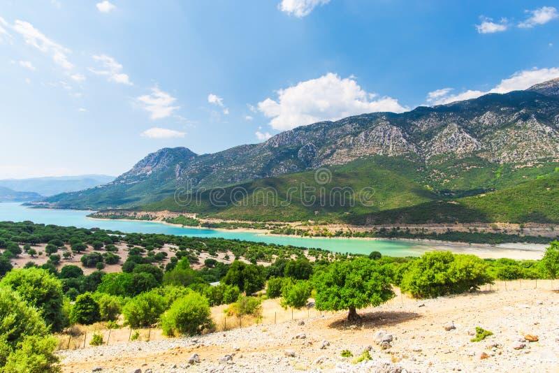 在希腊山的看法与绿色湖,希腊 库存照片