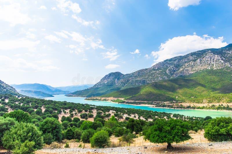在希腊山的看法与绿色湖,希腊 免版税库存图片