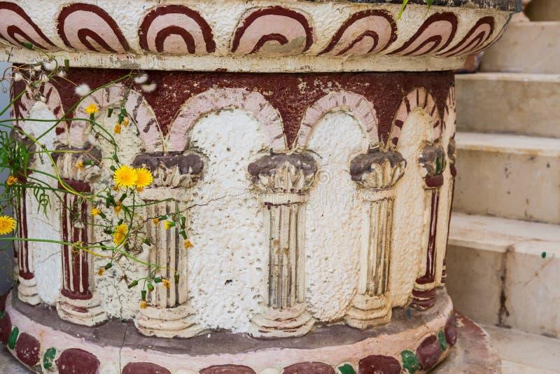 在希腊或罗马风格的古色古香的石地板花盆与柱子装饰品 库存照片