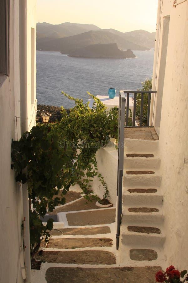 在希腊房子的用水泥涂的台阶在芦粟海岛上 免版税库存图片