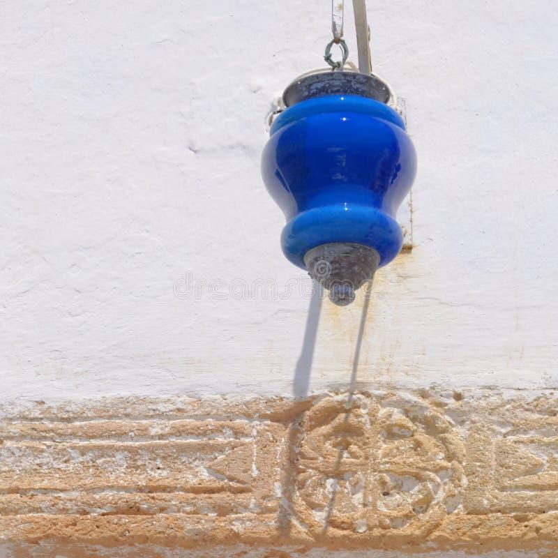 在希腊教会门的灯笼 免版税库存照片