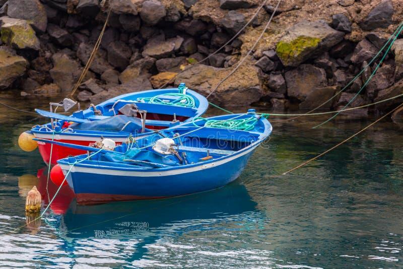 在希腊样式的两蓝色小渔船 库存图片