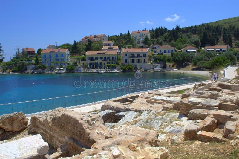 在希腊海岛海岸的古老废墟 免版税库存图片