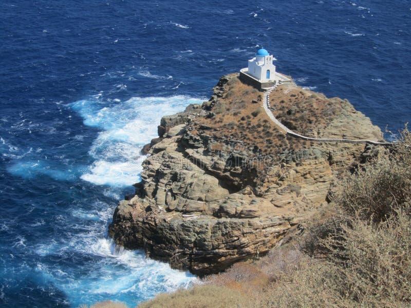 在希腊海岛锡弗诺斯岛上的一点白色教会 库存图片