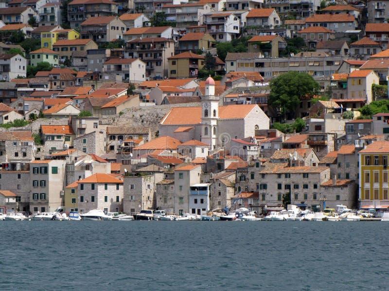 在希腊海岸线停泊的小船 免版税库存照片