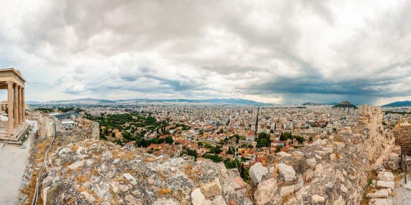在希腊首都雅典市的全景都市风景视图从与厄瑞克忒翁神庙寺庙南部的门面的上城小山在左边的 库存图片