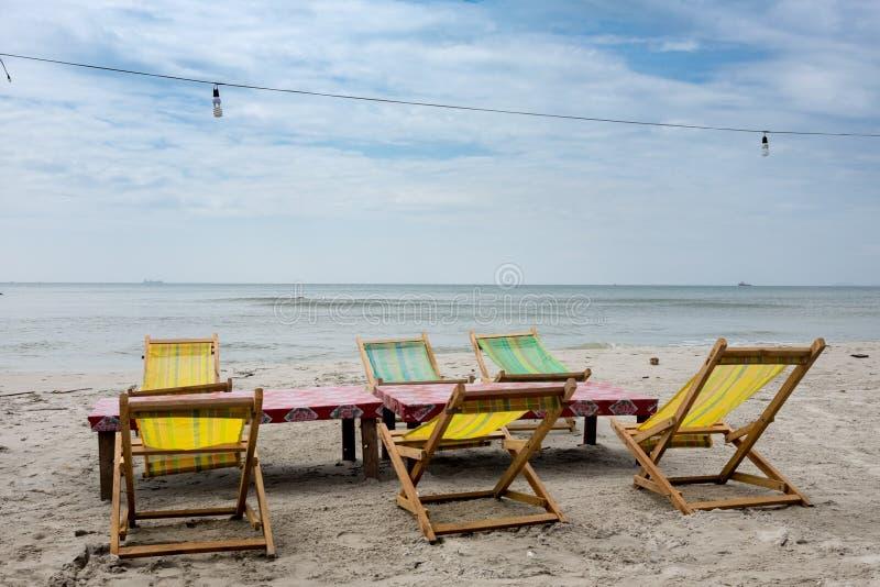 在帐篷下的两张海滩躺椅在海滩 西哈努克,柬埔寨 图库摄影
