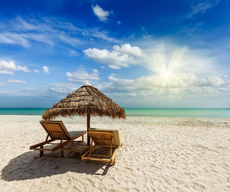 在帐篷下的两张海滩躺椅 免版税库存照片