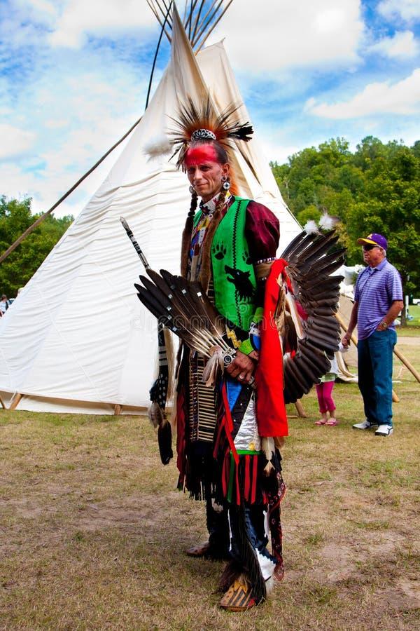 在帐篷前面的当地美洲印第安人战士 免版税图库摄影