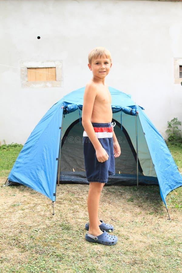 在帐篷前面的男孩 免版税库存图片