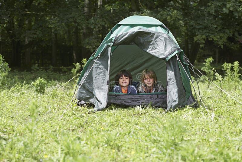 在帐篷的两个男孩 库存照片