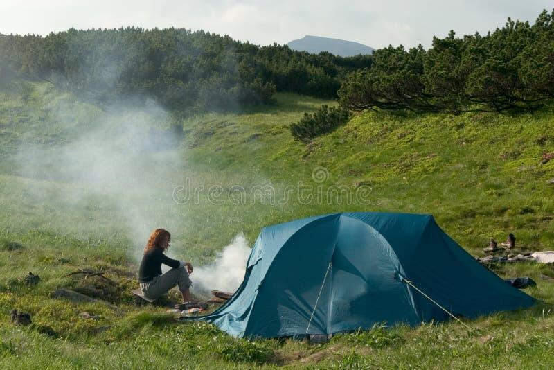 在帐篷附近的女孩 免版税库存图片
