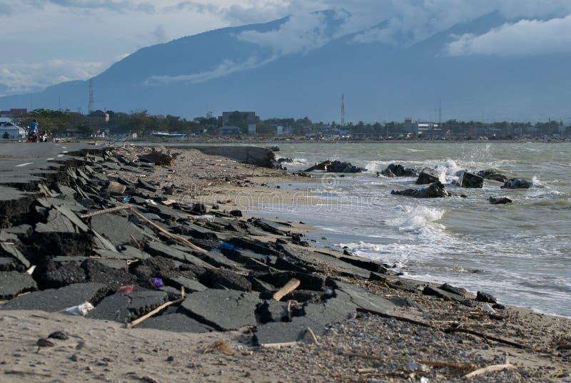在帕卢导致的损坏的路,印度尼西亚 免版税库存图片
