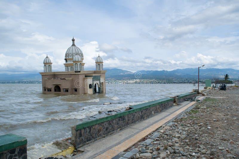 在帕卢被毁坏造成的地方清真寺由2018年9月28日的海啸 免版税库存图片