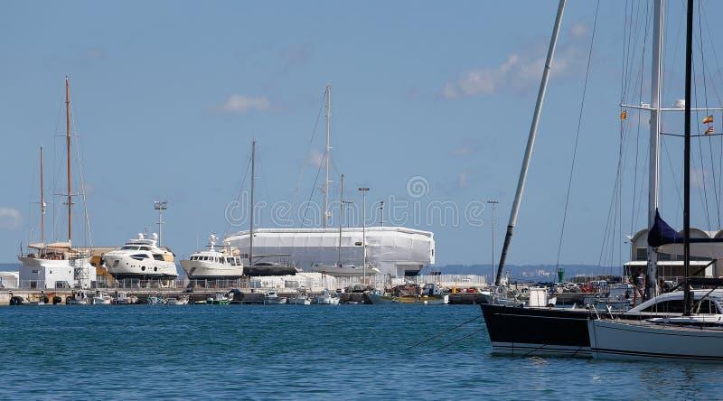 在帕尔马口岸的脚手架游艇 免版税图库摄影