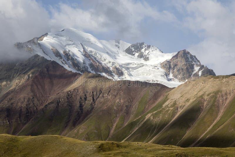 在帕米尔山的风景在高峰列宁的脚 库存照片
