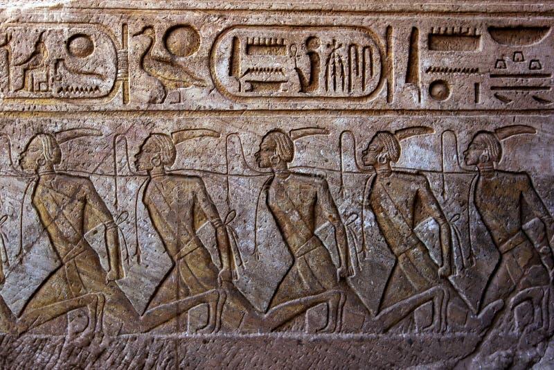 在带领入拉姆西斯伟大的寺庙II的墙壁上的板刻在阿布格莱布Simbel在埃及 库存照片