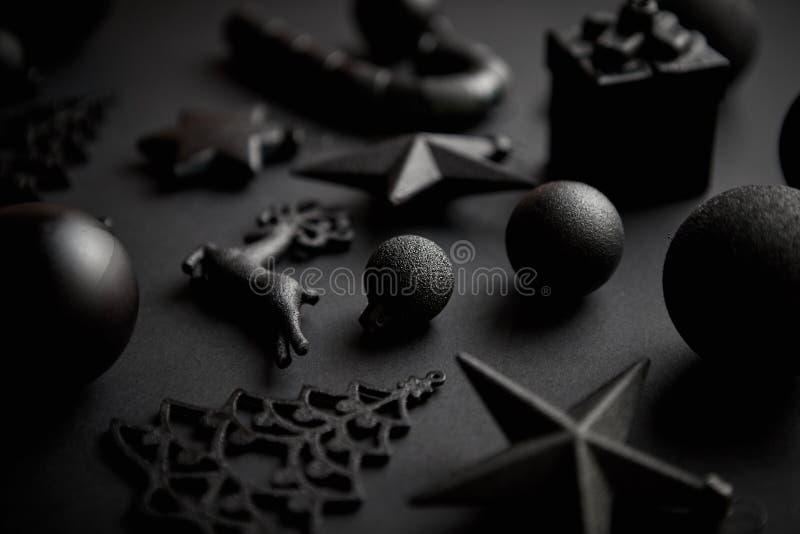 在席子黑色的圣诞节minimalistic和简单的构成 库存照片