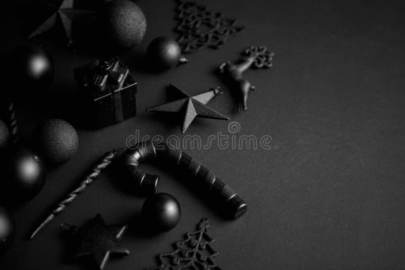 在席子黑色的圣诞节minimalistic和简单的构成 免版税库存照片
