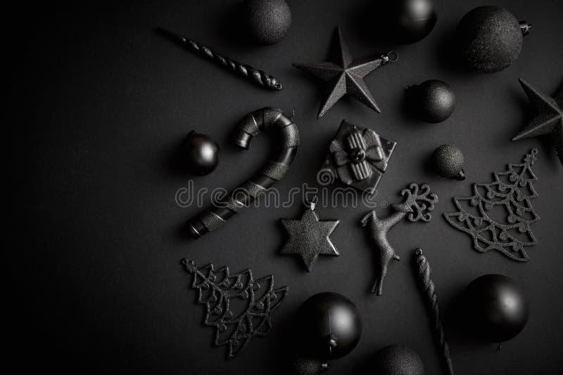 在席子黑色的圣诞节minimalistic和简单的构成 库存图片