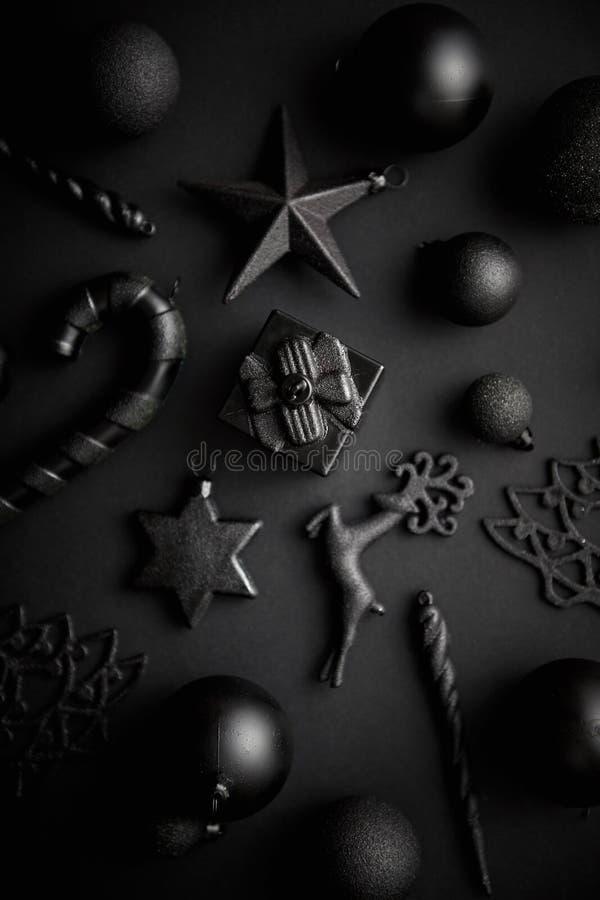 在席子黑色的圣诞节minimalistic和简单的构成 免版税图库摄影