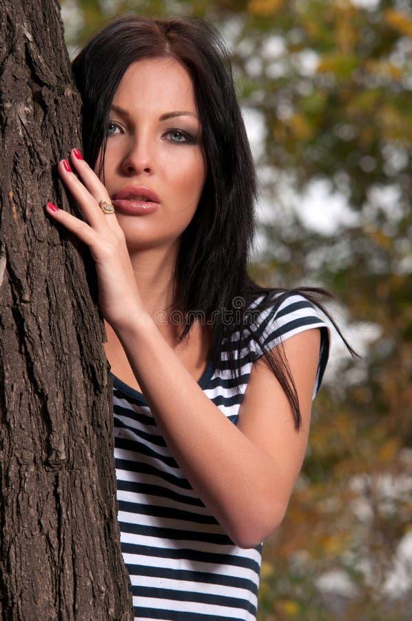 Download 在常设结构树妇女附近 库存图片. 图片 包括有 横向, 完成, 有吸引力的, 叶子, 背包, beauvoir - 22352891